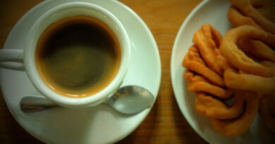 """จิบชากาแฟ เคียงขนมหากินยาก """"ขนมก้ามปู"""" ส่งตรงจากบ้านยาง สู่ """"สมายล์ล้านนา คอฟฟี่"""""""